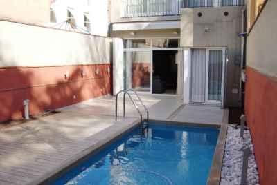 Частный дом на продажу в Барселоне с террасой и индивидуальным бассейном